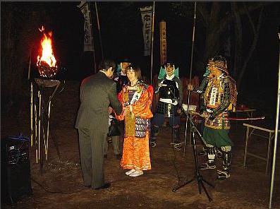 伊達家子孫の伊達宗忠氏と信金職員扮する大乗院の和解の握手